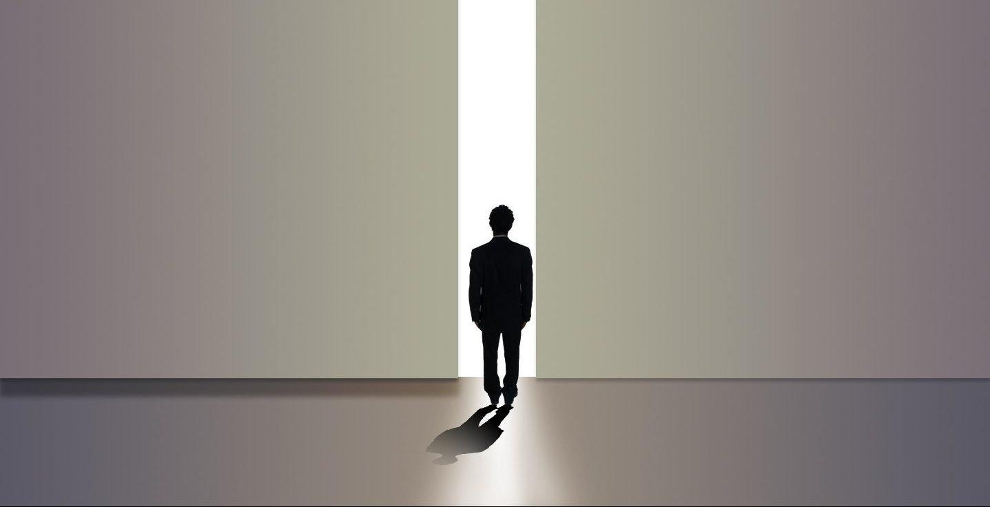 mann-steht-vor-durchgang